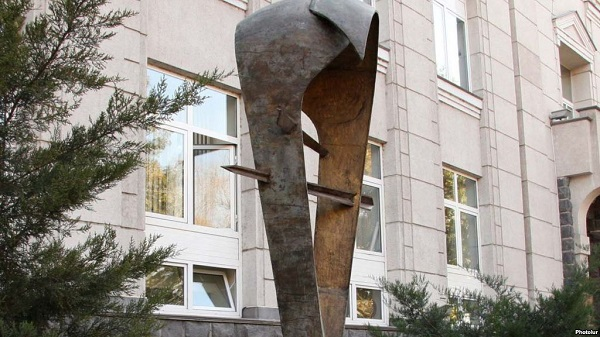 A statue symbolizing the dram, outside the Central Bank building in Yerevan. (Photo: Photolur)