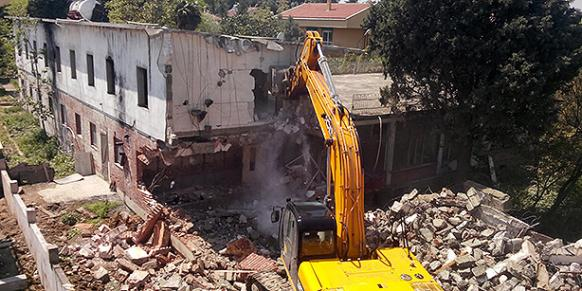 A bulldozer demolishes a part of Camp Armen in Istanbul. May 6, 2015. (Photo: DHA)