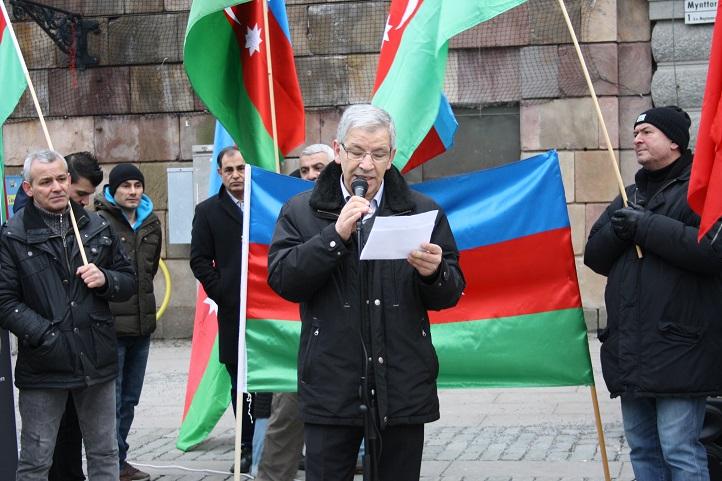 Barbaros Leylani speaking at Azerbaijani rally (Photo: isvecpostasi.com)
