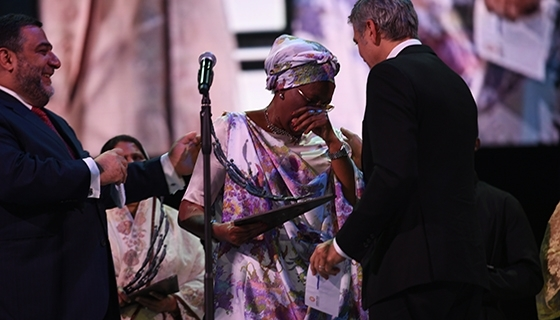 The inaugural Aurora Prize laureate Marguerite Barankitse accepting the statuette from George Clooney (Photo: Aurora Prize)