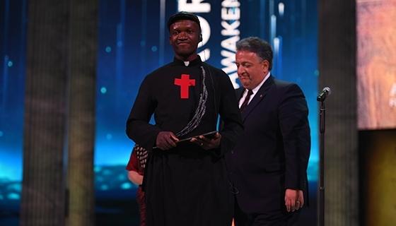 Aurora Prize finalist Father Bernard Kinvi with 100 LIVES Co-Founder Noubar Afeyan (Photo: Aurora Prize)
