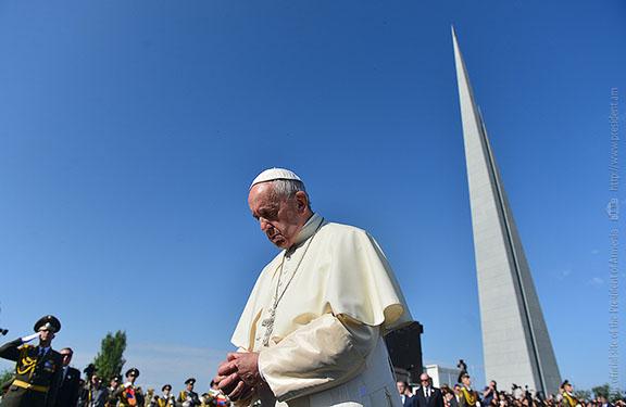 Pope Francis visits Yerevan's Armenian Genocide Memorial Complex, Tsitsernakaberd (Photo: President.am)