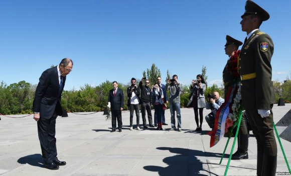 Russian Foreign Minister Sergey Lavrov visits the Armenian Genocide Memorial in Yerevan on April 22, 2016 (Photo: Photolure)