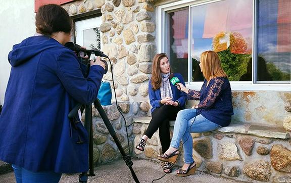 Horizon TV's Tamar Chahinian interviews Kristi Rendahl (Photo: Meghry Avakian)