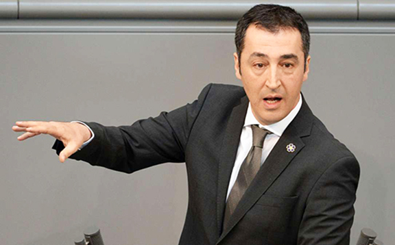 Cem Ozdemir on the Bundestag floor wearing Armenian Genocide Centennial Forget-me-Not lapel pin, photo source: AFP