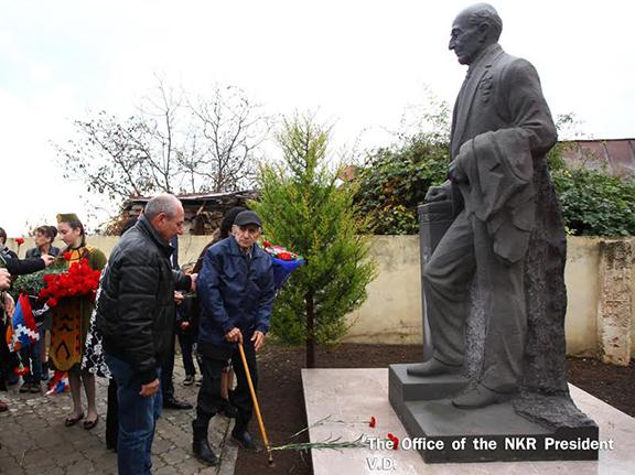 Statue dedicated to philanthropist Karlen Yesayan (Photo: president.nkr.am)