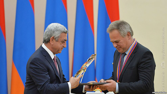 President Serzh Sargsyan is handing a 2015 GIT award to top Russian information security specialist Eugene Kaspersky in a ceremony in Yerevan. (Photo: gov.am)