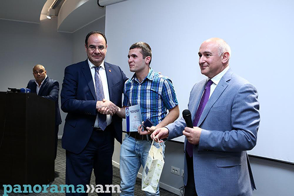 Hamlet Khenkoyan being awarded the AEF scholarship