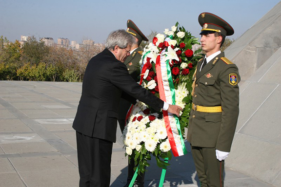 Italian Foreign Minister Gentiloni places wreath at the Tsitsernakaberd Memorial Complex
