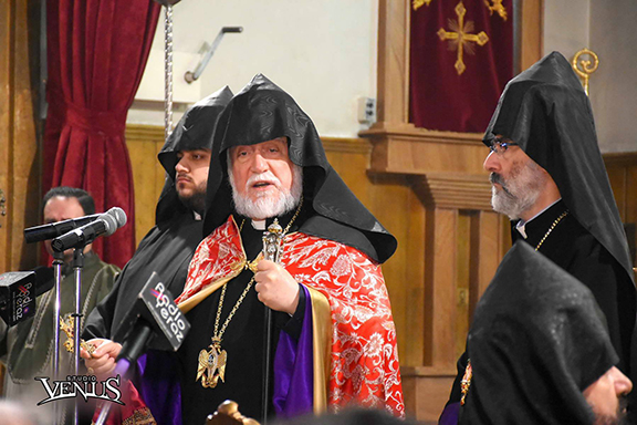 Catholicos Aram I addresses the community during church services