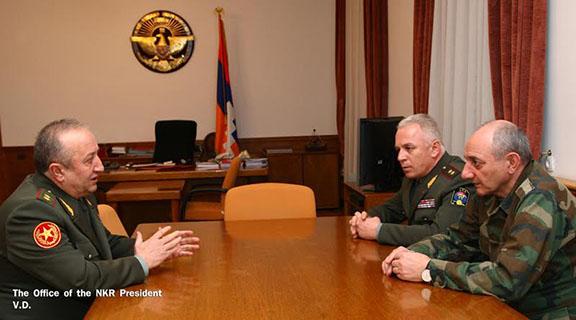 Movses Hakobyan (left) meets with Artsakh President Sahakian and Defense Minister Levon Mnatskanyan on Saturday, Jan. 21 (Photo: president.nkr.am)