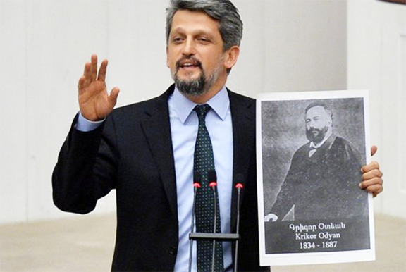 Paylan holding a photo of Krikor Odyan during his parliamentary address (Photo: Twitter)