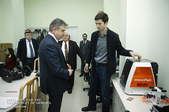 Karapetian visiting Yerevan State University's start-up laboratories (Photo: Government of the Republic of Armenia)