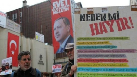"""Supporters of """"Hayir"""" (""""No"""") campaign at the main shopping and pedestrian street of Istiklal for the upcoming referendum in Istanbul, Turkey on April 9, 2017. (Photo: Reuters)"""