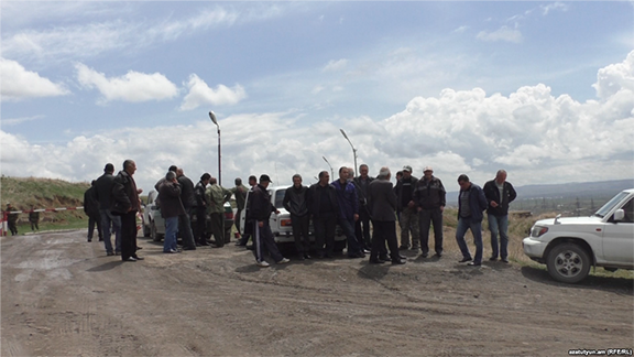 Armenian employees of a Russian military base in Gyumri demonstrate against wage arrears on May 3, 2017 (Photo: RFE/RL)