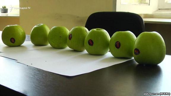 Azerbaijani apples discovered in a Yerevan market (Photo: RFE/RL)