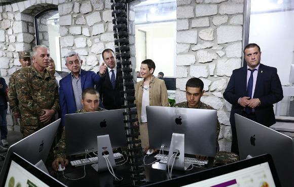 TUMO CEO Marie Lou Papazian gives tour of TUMO Army program to Armenian President Serzh Sarkisian and Artsakh Defense Minister Levon Mnatsakanyan. (Photo: TUMO Center for Creative Technologies)