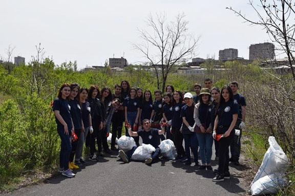 Students picked up trash Botanical Gardens in Yerevan (Photo: AEF)