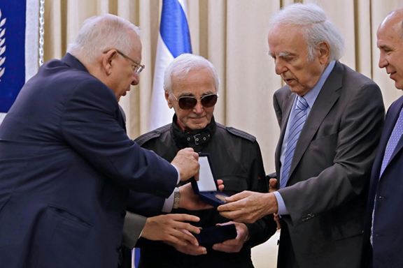 Israeli President Reuven Rivlin (L) presents French-Armenian singer Charles Aznavour the Raoul Wallenberg medal at the presidential compound in Jerusalem in recognition of his family's efforts to protect Jews and others persecuted during World War II (Photo: AFP)