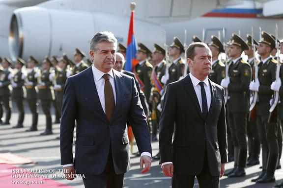 Armenian Prime Minister Karen Karapetyan with Russian Prime Minister Dmitry Medvedev (Photo: Press Office of the Government of Armenia)