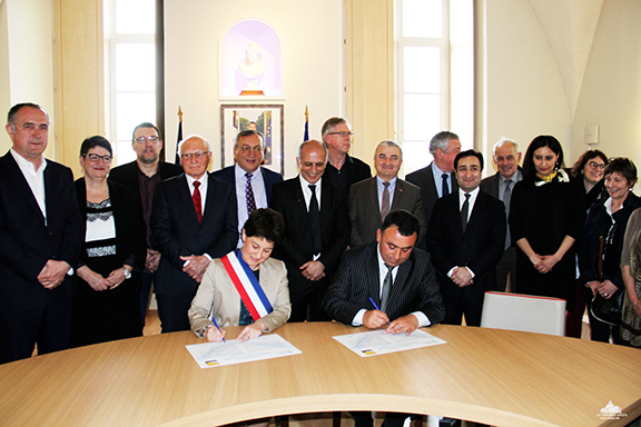 """Martuni Mayor Mher Khachatryan joined Bourg-de-Péage - Mayor Nathalie Nieson in signing the """"Friendship City"""" declaration"""