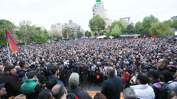 Yelk Party Nikol Pashinyan speaks  during a protest organized by 'My Step' and '#merjirserjin' initiatives at Liberty Square in Yerevan on Friday (Photo by Photolure)
