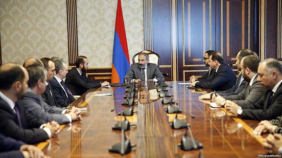 Prime Minister Nikol Pashinyan holds first cabinet meeting with all government appointees