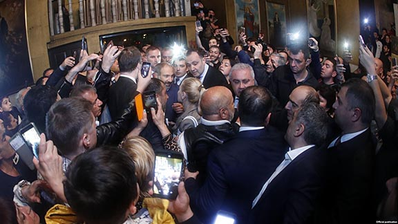 An enthusiastic crowd of Armenian supporters in Sochi greet Pashinyan