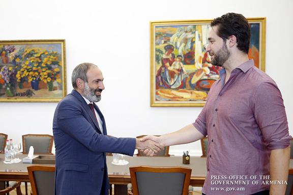Reddit Co-Founder Alexis Ohanian greeting Prime Minister Nikol Pashinyan in Yerevan.