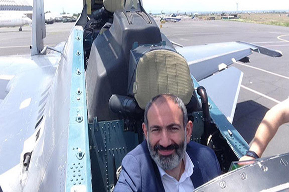 Prime Minister Nikol Pashinyan inside the cockpit of a Su-30SM fighter aircraft.