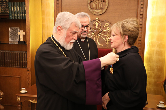 """Catholicos Aram I bestows """"knight of Cilicia"""" medal to Metti Doumanian"""
