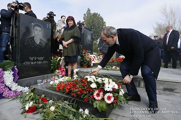 Prime Minister Nikol Pashinyan lays flowers on the tomb of a fallen soldier from the April 2016 War