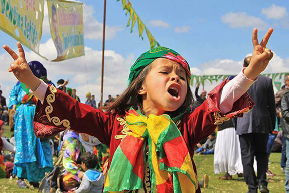 A Kurdish girl flashes the victory sign
