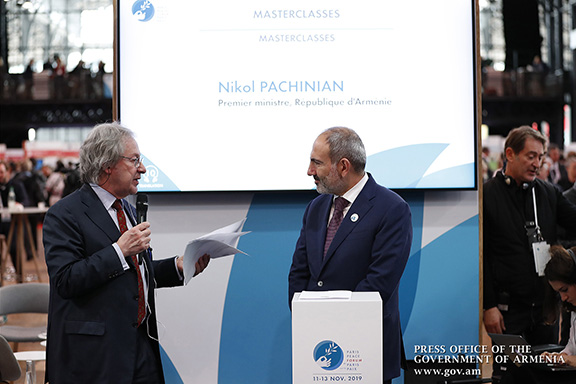 """The New York Times' Steven Erlanger with Prime Minister Nikol Pashinyan during a """"master class"""" he moderated"""