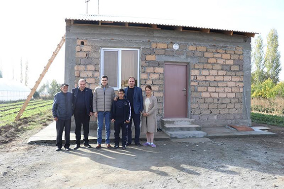 FCHA President Ashot Yeghiazaryan (second from left) and VivaCell-MTS General Manager Ralph Yirikian (center left) with the Hasoyan family