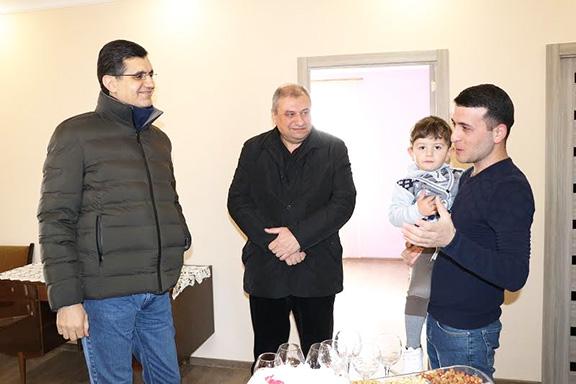 From left: VivaCell-MTS General Manager Ralph Yirikian, FCHA President Ashot Yeghiazaryan, Petros Muradyan and his son