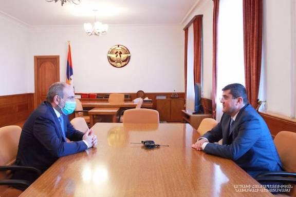 Ptime Minister Nikol Pashinyan (left) met with Artsakh's new president Arayik Hauryunyan on May 22